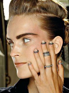 """Backstage del desfile de Chanel. Los nail rings en primer plano.  LLENATE DE ANILLOS. Se llevan varios y en mitad del dedo. Los knuckle rings –en castellano """"anillos de nudillo""""– son la última tendencia en accesorios. Se usan en la segunda falange del dedo y se combinan con anillos estándar. It girls y celebrities ya los adoptaron, incluso combinan joyas vintage con anillos low-cost. Todo vale."""