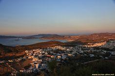 Vue sur Triovasalos, la cote nord de Milos et les iles de Kimolos et Polyaigos depuis le Kastro de Plake - Milos - Cyclades - Grece