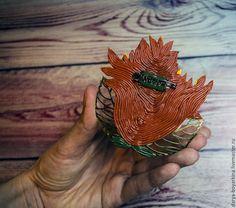 Наступила чудесная осенняя пора. Золотая осень всегда вдохновляла всех творческих людей. Не осталась и я равнодушной к ярким краскам «бабьего лета». Так и родилась эта лисичка, которая сладко спит в золотой листве и видит свои осенние сны :) И теперь я с удовольствием представляю вам мастер-класс по созданию этой чудной брошки. Для процесса создания нам понадобится: - полимерная глина необходимых…