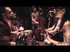 """▶ La Familia de Ukeleles - """"Train"""" en el living (25/10/14 - Café Vinilo) Filmó: Emi Romero - YouTube"""