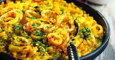 Saffron rice with squid ♡ Easy to make and cheap, this recipe will make you travel directly to Spain! Find all the authenticity of the Iberian cuisine with this rice cooked in . Squid Dishes, Saffron Rice, Daily Meals, Risotto, Macaroni And Cheese, Seafood, Food And Drink, Nutrition, Lunch