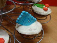 """Cupcake noix de coco,glaçage Candy Melt ,décor """" petit lu """" turquoise marbré. http://lesdelicesdesandstyle.over-blog.com/2014/03/le-manège-à-cupcakes.html"""