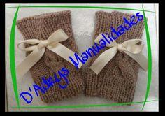 Mitones para dama tejidos en color caki, trenzados y con detalle de moño beige