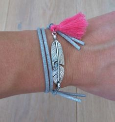Bohemian bracelet with feather and pink tassel in gold or silver edition. You can wrap the bracelet 2 times around your wrist. You can close the bracelet at the front. In the selection menu you can choose if you want to order the bracelet in silver or gold. All jewelry will be wrapped