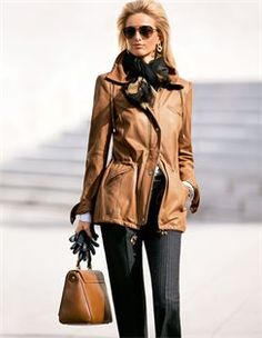 Nadelstreifen-Hose, Henkeltasche aus Leder, Tuch mit Kaschmir , Lederjacke aus Lammnappa