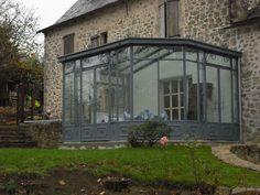 Véranda fer forgé avec pans coupés Glass Porch, Glass Roof, Glass House, Conservatory, Home Remodeling, Gazebo, Sweet Home, Exterior, Windows