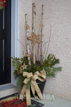 how to make a starry birch log christmas arrangement easily, christmas decorations, curb appeal, seasonal holiday decor Outdoor Christmas Planters, Christmas Urns, Christmas Greenery, Outdoor Christmas Decorations, Rustic Christmas, Christmas Wreaths, Holiday Decor, Christmas Balls, Outdoor Planters