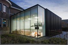Drieskens en Dubois architecten Steel Windows, Arched Windows, Steel Doors, Residential Architecture, Amazing Architecture, Modern Architecture, Uses Of Steel, Side Extension, House Extensions