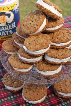 Oatmeal Cream Pies Ingredients: 2 cups brown sugar (light) cup butter or shortening 2 eggs teaspoon cinnamon 1 teaspoon baking powder 3 Tablespoons boiling water 1 teaspoon soda teaspoon sal… Köstliche Desserts, Delicious Desserts, Dessert Recipes, Yummy Food, Plated Desserts, Galette, How Sweet Eats, Sweet Recipes, Cookie Recipes