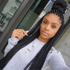 All styles of box braids to sublimate her hair afro On long box braids, everything is allowed! For fans of all kinds of buns, Afro braids in XXL bun bun work as well as the low glamorous bun Zoe Kravitz. Braided Hairstyles Updo, African Braids Hairstyles, Braided Updo, Hairstyle Braid, Elegant Hairstyles, Updos, Black Girl Braids, Girls Braids, Afro Punk