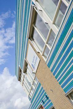 Objekt: Wohnhaus   Produkt: Cape Cod - blaue, grüne, türkise Wandverkleidung   farbige Fassade: horizontale Wandverkleidung, Kombiniert, blau, türkis, grün, weiß, grau, dunkelblau, hellblau, Farbe, mehrfarbig, farbbehandelt, 3D Fassade, Leistenfassade #Fassaden #Architektur