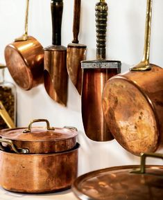 Drawing inspiration from a favourite destination, team Style at Home designs the kitchen of your Parisian dreams. Many French chefs contend that copper cookware is the best, so it's a key component of a Parisian-style kitchen. Copper Kitchen Accents, Copper Kitchen Accessories, Copper Kitchen Decor, Copper Decor, Style At Home, Parisian Kitchen, Copper Pots, Decorating On A Budget, Kitchen Styling