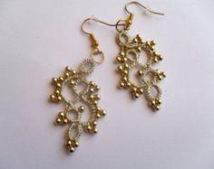 Artículos similares a Tatted grey earrings - Dangle earrings - Chandelier earrings - Lace earrings - Tatted jewelry en Etsy