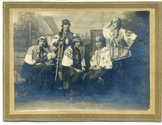 Група дівчат в національному Українському строї ( одяг ). Фото поч. ХХ ст.