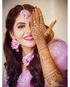 Gota and Fresh Flower Jewellery for the Indian Mehndi 🌺🌸 - Witty Vows Mehendi Photography, Bride Photography, Indian Wedding Photography, Photography Flowers, Dulhan Mehndi Designs, Bridal Mehndi Designs, Henna Designs, Back Hand Mehndi Designs, Mehndi Art