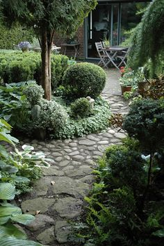 Large backyard landscaping ideas are quite many. However, for you to achieve the best landscaping for a large backyard you need to have a good design. Back Gardens, Small Gardens, Outdoor Gardens, Large Backyard Landscaping, Landscaping With Rocks, Garden Stones, Garden Paths, Terrace Garden, Indoor Garden