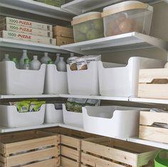 Trapkast als voorraadkast met manden, dozen en bakken, animated gif