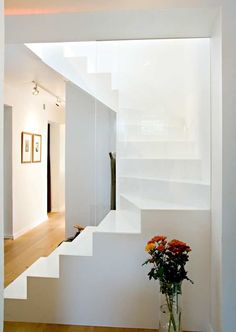 Thanks Karin (Espinosa Morel) for finding these great stairs! White Staircase, Restaurant, Architecture, Stairways, Interior Inspiration, Style Inspiration, Modern Lighting, Home Interior Design, Sweet Home