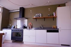 Op zoek naar een licht, ruim, modern en sfeervol huis in de wijk Westenholte? Dan is dit je kans!   In de winter genieten bij de houtkachel, zomers de zonnige tuin in. Dit huis is in alle seizoenen fijn. De ruime keuken met vrijstaand zes-pits-gasf