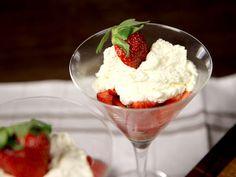 Fräsch jordgubbsdessert med mascarpone: 1 l jordgubbar   florsocker 100-200 g mascarponeost 2 dl vispgrädde 1  vaniljstång 1  lime   digestivekex