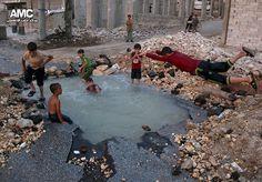 A capacidade de superação das crianças é uma das coisas mais lindas que existem no mundo e, um bom exemplo disso, vem da Síria, país que sofre com a guerra civil. Uma imagem triste e emocionante causou comoção mundial ao mostrar um grupo de crianças brincando em uma cratera ocasionada por uma bomba. O buraco em um bairro da província de Aleppo se tornou uma piscina improvisada em meio aos escombros das casas dos moradores. Segundo a Aleppo Media Center, agência responsável pela divulgação…