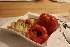 Die gefüllte Paprikaschote, serviert mit Reis und Tomatensauce.