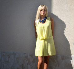 Abito giallo accessori blu greenberg