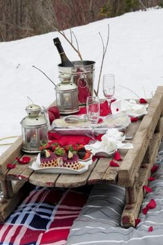 Outdoor winter party ideas: Romantic outdoor picnic set-up with a sled as a table Our top outdoor winter party ideas collected and collated, featuring some lighting, heating and decoration ideas for a winter or Christmas party outside. Picnic Set, Picnic Time, Picnic Ideas, Noel Christmas, Winter Christmas, Christmas Brunch, Outdoor Christmas, Christmas Lodge, Hygge Christmas
