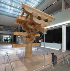 エントランスホールに突如出現した展示の目玉、唐招提寺金堂斗栱原寸大模型です。近くに寄るとその巨大さを実感できます。
