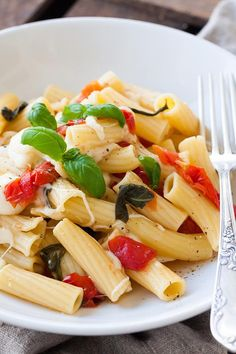 Für die 15-Minuten One Pot Pasta mit Tomaten und Mozzarella brauchst du nur einen Topf und eine Handvoll frische Zutaten. Unbedingt probieren!