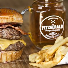 The Fitzgerald Double Burger: Doble de carne, queso cheddar, bacon, cebolla roja y nuestra salsa secreta Fitz.