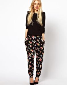 Buy ASOS PETITE Peg Trousers In Floral Print at ASOS. With free delivery and return options (Ts&Cs apply), online shopping has never been so easy. Get the latest trends with ASOS now. Floral Pants Outfit, Latest Fashion Clothes, Fashion Online, Fashion Outfits, Trouser Outfits, Casual Outfits, Casual Chic, Peg Trousers, Bohemian Fashion