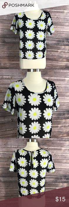🌼Shrinking Violet Top Daisy Print Black White🌼 Measurements: (in inches) - Underarm to underarm: 17 - Length: 20 Good, gently used condition Shrinking Violet Tops Blouses