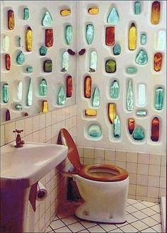 Ingenious Ways to Recycle Glass Bottles - dekoration Maison Earthship, Earthship Home, Earthship Design, Bottle House, Bottle Wall, Big Bottle, Recycled Glass Bottles, Plastic Bottles, Tadelakt