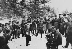 Декабрь 1941 года. Советские военнослужащие отдыхают недалеко от переднего края во время битвы за Москву Фотограф: Иван Шагинhttps://vk.com/feed?z=photo-68489_317017938%2Falbum-68489_00%2Frev