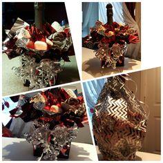 Botella de champaña con fresas y chocolates ferrero.