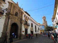 Para entender cómo fue el auge y la caída de la colonia española en Bolivia, es imprescindible visitar Potosí y Sucre. Mientras que las minas de Potosí fueron clave para abastecer al imperio de plata, en Sucre se produjo el 25 de mayo de 1809 la Revolución de Chuquisaca, que daba origen a todas las …