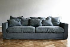 Johan och jag är på soffjakt, idag har vi en jättesnygg grå Howardsoffa som tyvärr känns lite för liten och inte heller är spec mysig att sitta i. Den här gången vill vi ha en djup soffa i grått tyg…
