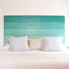 Esta idea del copete de la cama con madera y el color turquesa degragadado me…