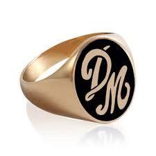 Resultado de imagen para anillo con iniciales de oro