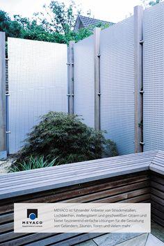 Good Durch die Kombination aus Aluminiumblech und Teakholzpfosten ist es gelungen einen Sichtschutzzaun zu designen