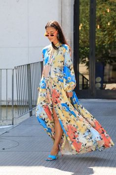 Another day another round of couture show worthy looks out on the streets of Paris. See who was wearing who on day 3 of this haute couture week. Fashion Line, Cute Fashion, Fashion Outfits, Hippie Style Clothing, Bohemian Chic Fashion, Couture Week, Mode Hijab, Streetwear, Street Style