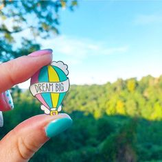 Day 17: Favourite 🎈 Amazing customer photos, like this beauty by @smileandmake, are right at the top of my list of favourites 💙 It makes me so happy to see my creations being enjoyed 'in the wild' 😀 Lucy took this little pin to the Balloon Fiesta in Bristol last week - how cool is that?! (Extra points for the coordinating nail varnish 💅🏻)