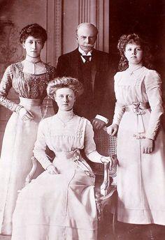S.A.R la princesse Royale, duchesse de Fife avec son époux Sir Alexander Duff, 1er duc de Fife et (assises) leurs deux filles: les princesses Alexandra et Maud de Fife