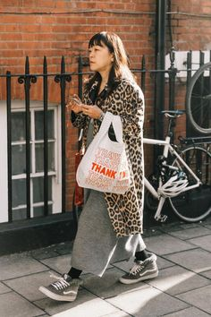 This spring, the less you spend on a bag may actually help you nail the trends even more. New Fashion Clothes, Look Fashion, Winter Fashion, Fashion Outfits, Womens Fashion, Street Style Vintage, Autumn Street Style, Grunge Goth, Hipster Grunge
