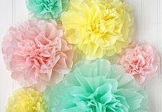 Pom pom'er er festlige og den vildeste trend lige nu. Og de smukke blomter er geniale som dekoration til nytårsfesten. Du skal bare bruge silkepapir og lidt ståltråd.