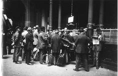 Links: Duitsland in 1923: wie geld ophaalt bij de bank, moet een voldoende grote tas hebben om het erin te kunnen proppen.