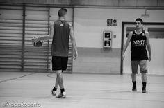 Un instante antes de que se desate el ataque: #CarlosBlanes ante #AndresOrtin. 10 de septiembre #baloncesto #UALucentum #Lucentum #Alicante #basket #pretemporada #LigaEBA #GrupoEA