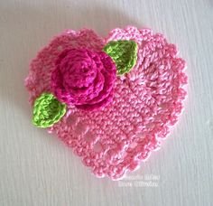 cute crochet heart with rose and leaves Crochet Square Pattern, Crochet Motifs, Thread Crochet, Crochet Stitches, Crochet Patterns, Art Au Crochet, Crochet Flower Hat, Cute Crochet, Confection Au Crochet