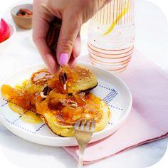 Panqueca de aveia com calda de caramelo e maçã